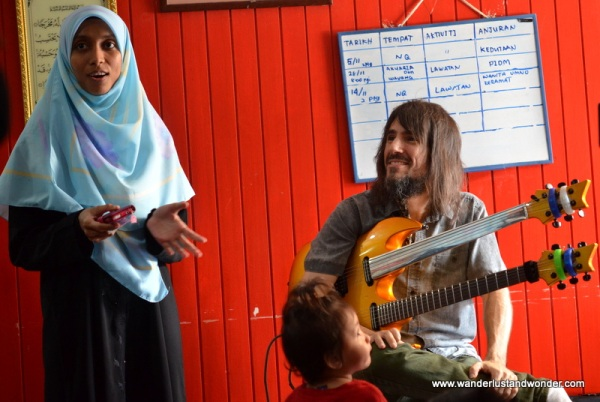 Bumblefoot appeared excited to perform for the children.